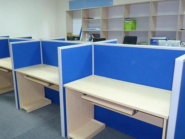 Nên chọn vách ngăn gỗ hay vách ngăn nỉ Fami cho văn phòng